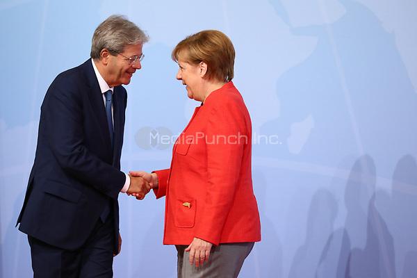 Bundeskanzlerin Angela Merkel begrüßt Paolo Gentiloni, Ministerpräsident von Italien, am 07.07.2017 in Hamburg beim G20-Gipfel. Am 07. und 08. Juli kommen in der Hansestadt die Regierungschefs der führenden Industrienationen zum G20-Gipfel zusammen. Foto: Christian Charisius/dpa /MediaPunch ***FOR USA ONLY***