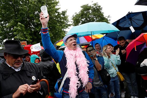 BE58 BERLÍN (ALEMANIA) 30/06/2017.- Varias personas celebran la aprobación de la legalización del matrimonio homosexual en el Parlamento ante la Cancillería en Berlín (Alemania) hoy, 30 de junio de 2017. El pleno de la Cámara baja alemana aprobó hoy la legalización del matrimonio homosexual, un proyecto impulsado por los socialdemócratas rompiendo el acuerdo de coalición con los conservadores de la canciller, Angela Merkel. EFE/Felipe Trueba