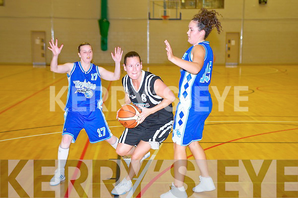 Catriona O'Connell, Scruffy's St Pauls, finds a gap between Tralee Imperials Emma Gallagher and Sinead Mackessy during their National League game in the Killarney Sports and Leisure Centre on Sunday.