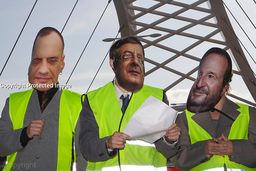 fecha:23-06-2011 En Lugo, el movimiento 15M, realiza una parodia en la  inauguracion ciudadana del nuevo puente sobre el rio Miño. El acto se produce el dia anterior a la inauguracion oficial, que llevara a cabo el ministro de fomento Jose Blanco. Foto:EFE/eliseo trigo