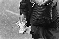 - Milan, San Siro Racecourse, harness racing; bookmaker<br /> <br /> - Milano, ippodromo di S.Siro, corse al trotto; raccoglitore di scommesse