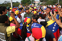 CÚCUTA -COLOMBIA, 19-02-2014. Un efectivo de la Guardia Nacional de Venezuela media con las personas que protestan y mantienen cerrado el Puente Internacional Francisco de paula santander entre Colombia y Venezuela quienes están en la oposición al gobierno de Maduro en Venezuela./ An effective of the National Guadia of Venezuela tries to mediate with the people that protest and kept closed the International bridge on the border of Colombia and Venezuela who are against Maduro government in Venezuela. Photo: VizzorImage/Manuel Hernandez/STR