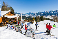 Deutschland, Bayern, Oberallgaeu, Ofterschwang: Wurzelhuette und Skipiste vor den Allgaeuer Alpen im Winter | Germany, Bavaria, Upper Allgaeu, Ofterschwang: Wurzel hut, ski run and Allgaeu Alps