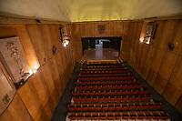 Quer&eacute;taro, Qro. 2 de febrero de 2017.- El teatro Esperanza Cabrera de la Facultad de Bellas Artes de la UAQ, que fuera la sede de la celebraci&oacute;n de las juntas preliminares del Congreso Constituyente de 1917, ha quedado fuera de la ruta del constituyente en las celebraciones del centenario de la promulgaci&oacute;n de la Constituci&oacute;n Pol&iacute;tica de los Estados Unidos Mexicanos.<br />  <br /> El edificio fue inaugurado en 1804 por Don Miguel Dom&iacute;nguez y  en principio hosped&oacute; a la escuela primaria p&uacute;blica &ldquo;Concepci&oacute;n Inmaculado de Mar&iacute;a&rdquo;, a cargo de la orden franciscana; posteriormente se convirti&oacute; en la Academia de Dibujo de San Fernando.<br />  <br /> Tambi&eacute;n fue sede de las discusiones del Tratado de paz con Estados Unidos de Am&eacute;rica en d&oacute;nde M&eacute;xico perdi&oacute; la mitad de su territorio. Desde 1953 esta infraestructura ha hospedado a la Facultad de Bellas Artes (entonces instituto), y actualmente es la sede de la licenciatura de Restauraci&oacute;n de Bienes Muebles. Parad&oacute;jicamente este edificio necesita una inversi&oacute;n cercana a los 10 millones de pesos para ser restaurada.<br /> <br /> De acuerdo al documento obtenido por esta casa editorial, la Facultad de Bellas Artes ya hab&iacute;a solicitado al gobernador del estado, as&iacute; como la secretaria de cultura y el secretario de educaci&oacute;n, el apoyo necesario para realizar para la restauraci&oacute;n del recinto en el que en 1916 se llevaron a cabo las juntas del Congreso Constituyente. Entonces solo era un gran sal&oacute;n, pero hacia mediados de los 80 el director de la academia, Germ&aacute;n Pati&ntilde;o, le dio el dise&ntilde;o que actualmente tiene este auditorio.<br />  <br /> De acuerdo con la coordinaci&oacute;n de la Licenciatura de Restauraci&oacute;n, este edificio qued&oacute; fuera del presupuesto de los festejos del centenario de la Carta Magna ya que no han tenido una 