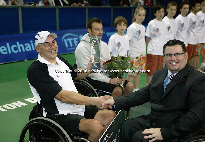 18-11-06,Amsterdam, Tennis, Wheelchair Masters, Winner Quads 2006 Peter Norfolk receives the trophy,