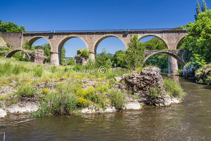 France, Haute-Loire (43), Lavoûte-sur-Loire, ruines du vieux pont et le pont du chemin de fer