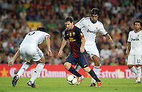FUSSBALL  INTERNATIONAL  PRIMERA DIVISION  SAISON 2011/2012   23.08.2012 El Clasico  Super Cup 2012 FC Barcelona - Real Madrid  Lionel Messi (Mitte, Barca) gegen Sami Khedira (Real Madrid)