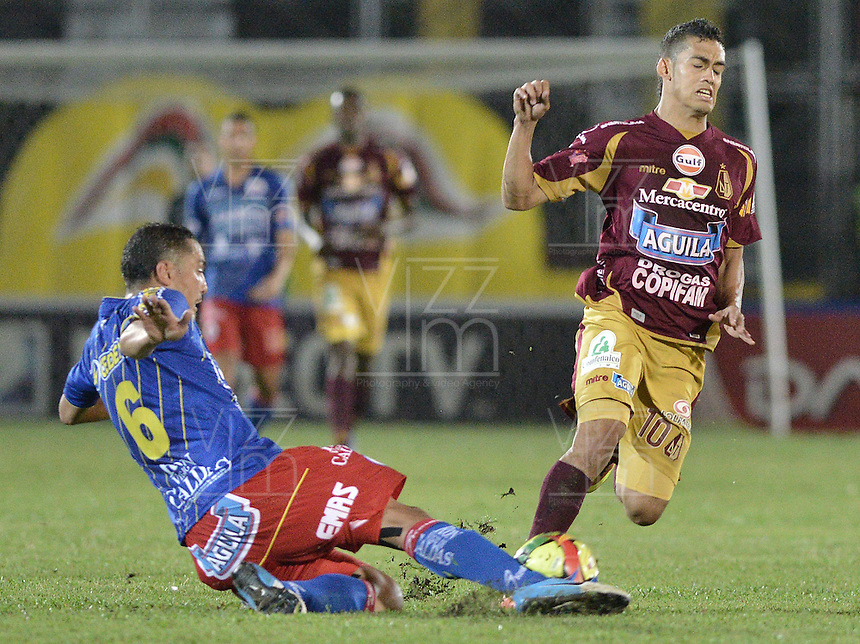 IBAGUÉ -COLOMBIA, 20-06-2013. Andrés Andrade Torres (D) de Deportes Tolima disputa el balón con Juan Camilo Pérez (I) de Deportivo Pasto durante partido de los cuadrangulares finales, fecha 2, de la Liga Postobón 2013-1 jugado en el estadio Manuel Murillo Toro de la ciudad de Ibagué./ Deportes Tolima player Andres Andrade Torres (D) fights for the ball with Deportivo Pasto player Juan Camilo Perez (L) during match of the final quadrangular 2th date of Postobon  League 2013-1 at Manuel Murillo Toro stadium in Ibagué city. Photo: VizzorImage/STR