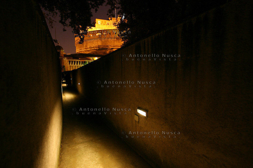 """The """"passetto"""", the secret passage leading from the Vatican to St. Angel Castle. Il """"passetto"""", il passaggio segreto che collega San Pietro con Castel Sant'Angelo"""
