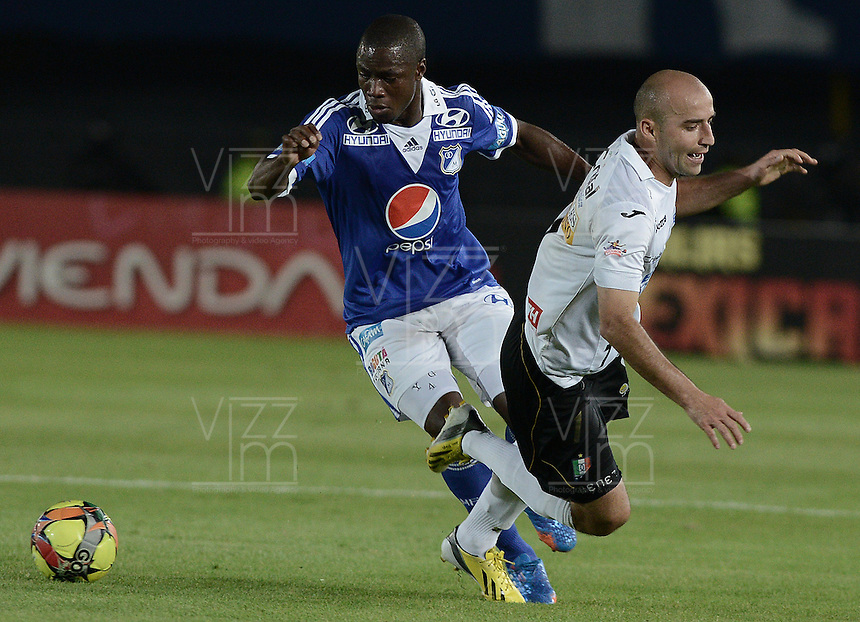 BOGOTÁ -COLOMBIA, 07-12-2013. Yoiber Gonzalez (Izq.) jugador de Millonarios disputa el balón con Edwards Jimenez (Der.) jugador de Once Caldas durante partido por la fecha 6 de los cuadrangulares finales de la Liga Postobón  II 2013 jugado en el estadio Nemesio Camacho el Campín de la ciudad de Bogotá./ Yoiber Gonzalez (L) player of Millonarios fights for the ball with Edwards Jimenez (R) player of Once Caldas during match for the 6th date of final quadrangulars of the Postobon  League II 2013 played at Nemesio Camacho El Campin stadium in Bogotá city. Photo: VizzorImage/Gabriel Aponte/STR