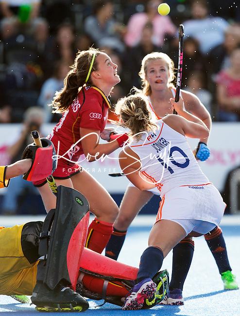 LONDEN -  De Belgische Joanne Peeters (l) , Kelly Jonker en Xan de Waard  tijdens  de wedstrijd tussen de dames van Nederland en Belgie bij  het Europees Kampioenschap hockey in Londen.  ANP KOEN SUYK
