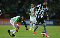 MEDELLÍN -COLOMBIA-13-04-2017. Macnelly Torres (Izq) jugador de Atlético Nacional de Colombia disputa el balón con Bruno Silva (Der) jugador de Botafogo de Brasil durante partido por la fecha 2, fase de grupos, de la Copa CONMEBOL Libertadores Bridgestone 2017 jugado en el estadio Atanasio Girardot de la ciudad de Medellín. / Macnelly Torres (L) player of Atletico Nacional of Colombia fights for the ball with Bruno Silva (R) player of Botafogo of Brazil during match for the date 2, groupe  phase, of the Copa CONMEBOL Libertadores Bridgestone 2017 played at Atanasio Girardot stadium in Medellin city. Photo: VizzorImage/ León Monsalve /Cont