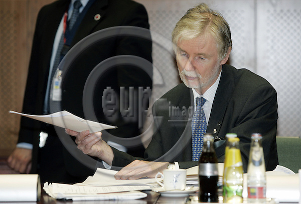 BRUSSELS - BELGIUM - 17 JUNE 2005 -- EU- Council Summit 2nd. day with Heads of State. -- Erkki TUOMIOJA, Minister of Foreign Affairs of Finland going through papers before the start of the meeting. -- PHOTO: JUHA ROININEN / EUP-IMAGES