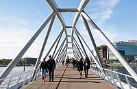 Nederland Amsterdam  2017 . Mr. J.J. van der Veldebrug. Fiets-en voetgangersbrug bij het Oosterdok in Amsterdam. Foto Berlinda van Dam / Hollandse Hoogte