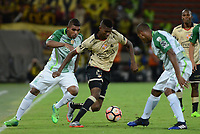MEDELLIN  -  COLOMBIA - 25 - 05 - 2017: Elkin Blanco (Izq.) jugador de Atletico Nacional, disputa el balón con Jose Ayovi (Cent.) jugador de Barcelona, durante partido de la fase de grupos, grupo 1 fecha 6, entre Atletico Nacional de Colombia y Barcelona de Ecuador, por la Copa Conmebol Libertadores Bridgestone 2017, en el Estadio Atanasio Girardot, de la ciudad de Medellin. / Elkin Blanco (L) player of Atletico Nacional, vies for the ball with Jose Ayovi (C) of Barcelona, during a match for the group stage, group 1 of the date 6th, between Atletico Nacional of Colombia and Barcelona of Ecuador, for the Conmebol Libertadores Bridgestone Cup 2017, at the Atanasio Girardot, Stadium, in Medellin city. Photos: VizzorImage / Leon Monsalve / Cont.