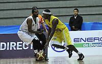 BOGOTA - COLOMBIA - 22-04-2013: Mendez (Izq.) de Piratas de Bogotá, disputa el balón Alex (Der.) de Bucaros de Bucaramanga, abril 22 de 2013. Piratas y Bucaros en la tercera fecha de la fase II de la Liga Directv Profesional de baloncesto en partido jugado en el Coliseo El Salitre. (Foto: VizzorImage / Luis Ramírez / Staff).  Mendez (L) of Piratas from Bogota, fights for the ball with Alex (R) of Bucaros from Bucaramanga, April 22, 2013. Pirates and Bucaros in the third match of the phase II of the Directv Professional League basketball, game at the Coliseum El Salitre. (Photo: VizzorImage / Luis Ramirez / Staff).