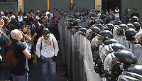 Venezuela: Caracas,12/02/14 <br /> Students pass in front of police barricade during the student protests of February 12, in the vicinity of the Attorney General of Venezuela, in center Caracas. Edsau Olivares/Archivolatino