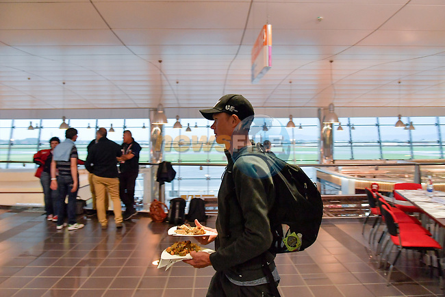 Time for some food race leader Chris Froome (GBR) Team Sky arrives at Aeroporto di Caselle Turin to transfer to Rome after Stage 20 of the 2018 Giro d'Italia,  Italy. 26th May 2018.<br /> Picture: LaPresse/Marco Alpozzi | Cyclefile<br /> <br /> <br /> All photos usage must carry mandatory copyright credit (© Cyclefile | LaPresse/Marco Alpozzi)