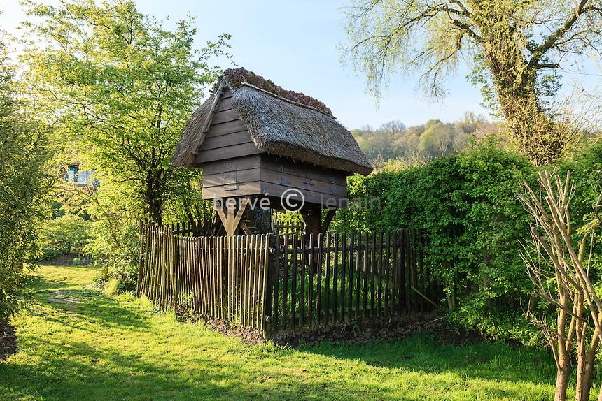Jardin de la Ferme du Mont des Récollets: le poulailler construit selon un modèle ancien. // France, garden of Ferme du Mont des Récollets, the coop built by a former model.