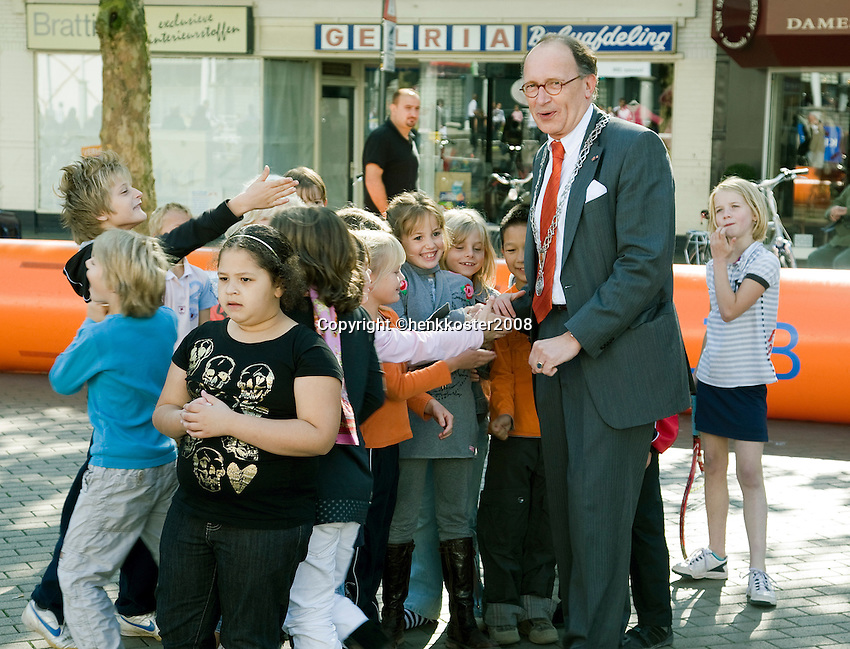 18-9-08, Netherlands, Apeldoorn, Tennis, Daviscup NL-Zuid Korea, Draw in cityhall,  streettenis with Mayor of Apeldoorn