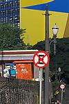 Placa de sinalizaçao e mural de predio na Rua Xavier de toledo, Sao Paulo. 2017. Foto de Juca Martins.