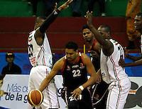 MANIZALES -COLOMBIA, 15-10-2013. Clarence Allgood (I) y John Vélez (D) del Once tratan de bloquear a Derwin Ramírez (C) de Halcones durante el partido entre Manizales Once Caldas y Halcones de Cúcuta válido por la fecha 27 Liga DirecTV de Baloncesto 2013-II de Colombia jugado en el coliseo Jorge Arango de la ciudad de Manizales./  Clarence Allgood (L) and John Velez (R) of Once try to block to Derwin Ramirez (C) of halcones during match between Manizales Once Caldas and Halcones de Cucuta valid for the 27th date of DirecTV Basketball League 2013-II in Colombia at Jorge Arango coliseum in Manizales. Photo:VizzorImage / Santiago Osorio / STR