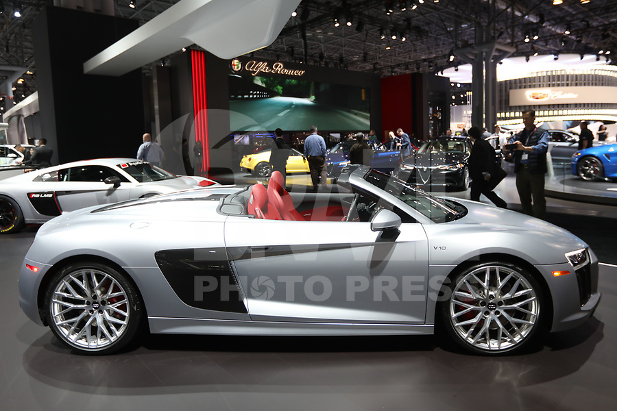 NEW YORK, EUA, 13.04.2017 - AUTOMÓVEL-NEW YORK - Audi R8 V10 é visto durante o New York Internacional Auto Show no Javits Center na cidade de New York nesta quinyta-feira, 13. O evento é aberto ao público do dia 14 à 23 de abril de 2017 . (Foto: Vanessa Carvalho/Brazil Photo Press)