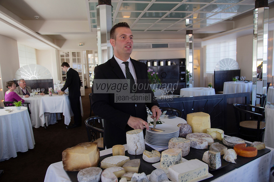 Europe/France/Auvergne/63/Puy de Dome/Chamalières:  Service du plateau de fromages au Restaurant de l' Hôtel Radio [Non destiné à un usage publicitaire - Not intended for an advertising use]
