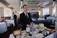 Europe/France/Auvergne/63/Puy de Dome/Chamalières:  Service du plateau de fromages au Restaurant de l' Hôtel Radio [Non destiné à un usage publicitaire - Not intended for an advertising use]