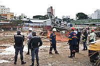 SAO PAULO, SP 22 DE JUNHO 2012 - ACIDENTE METRO Acidente ocorrido no inicio da tarde desta sexta - feira 22, deixou dois operários mortos no canteiro de obras da futura Estação Eucaliptos, da Linha 5-Lilás do Metrô. Os dois operários morreram devido serem atingidos por uma grua que caiu no canteiro de obras atingindo os mesmos. FOTO VAGNER CAMPOS BRAZIL PHOTO PRESS