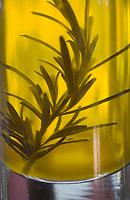 Europe/France/2A/Corse-du-Sud/Bonifacio: Hotel Restaurant A Cheda -huile d'olive  corse à l'estragon sur la table du restauarant
