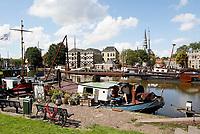 Boten in de Turfsingel. Woonboot in de Museumhaven.
