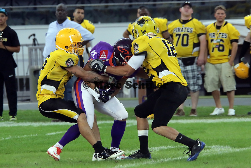 RB Randall Payne (Universe) wird gestoppt - Frankfurt Bembel: Frankfurt Pirates vs. Frankfurt Universe, Commerzbank Arena