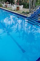 """Iles Bahamas / New Providence et Paradise Island / Nassau: Hotel """"le Graycliff"""" ancienne demeure construite en 1720 par le capitaine corsaire John Howard Graysmith la piscine et ses palmiers"""