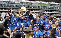 """QUITO - ECUADOR, 20-12-2015: C. S. Emelec de Ecuador se coronó por primera vez en su historia tricampeón consecutivo del Campeonato Ecuatoriano de Fútbol """"Copa Pilsener"""" 2015 tras empatar 0-0 en el juego de vuelta final con Liga de Quito (3-1 global) jugado en el estadio Casa Blanca en la ciudad de Quito. / C.S. Emelec of Ecuador won for first time in its history as consecutive three times champion of Ecuadorian Soccer Championship """"Pilsener"""" 2015 after tying 0-0 in a final second leg match with Liga de Quito (3-1 global) played at Casa Blanca stadium in Quito city . Photo: VizzorImage/ Fredy Constante / ACGPHOTO"""