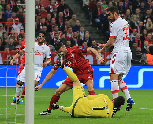 05.04.2016. Munich, Germany. UEFA Champions League FC Bavaria Munich versus Benfica Lisbon.  Robert Lewandowski (FCB) sees his chance stopped by Ederson (Benfica) and Jardel (Benfica)