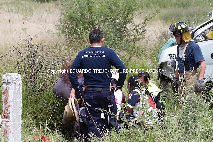 San Juan del R&iacute;o, Qro. 13 septiembre 2014.- Dos lesionados de consideraci&oacute;n fue el saldo de la volcadura de camioneta que transportaba estudiantes de la Universidad de Chapingo con destino a Guadalajara, Jalisco.<br /> <br /> Al circular por el kil&oacute;metro 160 de la carretera 57, la Urban en que viajaban los estudiantes sufri&oacute; un desperfecto mec&aacute;nico que hizo que el conductor perdiera el control, se impactara contra otro veh&iacute;culo que circulaba por el lugar, para finalmente dar varias volteretas sobre el acotamiento.<br /> Una menor de edad, de nombre Rosa Alejandra Ruiz, de 16 a&ntilde;os, y Javier Ruiz Ledezma, padre de la menor, salieron disparados de la camioneta por lo que elementos de la Cruz Roja Delegaci&oacute;n San Juan del R&iacute;o debieron trasladarla urgentemente a un centro hospitalario de la localidad.<br /> Al lugar de los hechos acudieron Protecci&oacute;n Civil Municipal, Polic&iacute;a Municipal, Bomberos Voluntarios y Polic&iacute;a Federal.