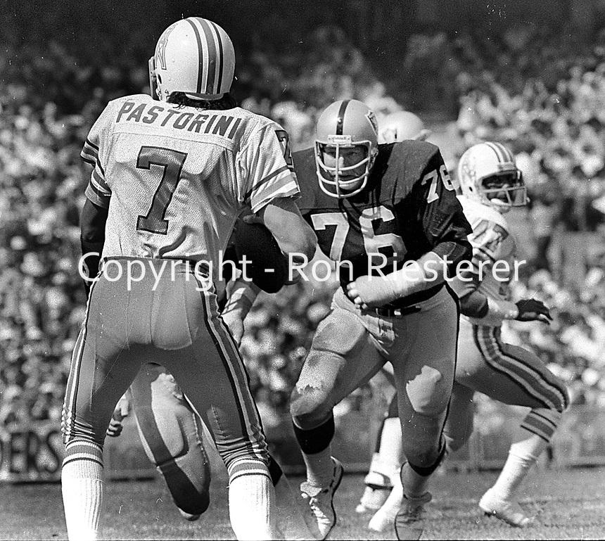 Raider lineman Mike Mcoy after Houston Oiler QB Dan Pastorini.  (1977 photo/Ron Riesterer)