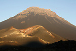 Volcan et cones du Fogo au coucher du soleil. Ile de Fogo