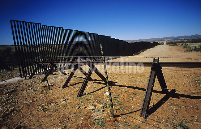 Reja construida por los Estados Unidos en la frontera con  Mexico, dividiendo desierto de Sasabe. Los inmigrantes realizan un largo rodeo para evitar esta muralla.....Fence built by the USA in the border with Mexico,  cuting by the middle Sasabe desert. The inmigrants take a large detour to avoid this wall and cross the border without being noticed.