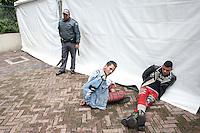 SAO PAULO, SP, 10 DE JUNHO 2012 - PARADA LGBT SAO PAULO - Participantes concentram-se na Avenida Paulista, em São Paulo, para o início da 16º Parada do Orgulho LGBT (Lésbicas, Gays, Bissexuais, Travestis, Transexuais e Transgêneros). na foto dois homens foram presos portando facas durante o evento na avenida paulista.(FOTO: VAGNER CAMPOS / BRAZIL PHOTO PRESS).