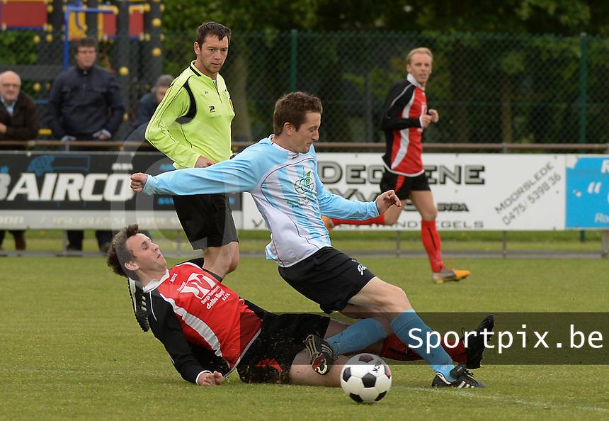 Moorslede - Westrozebeke :<br /> <br /> tackle van Simon Decrock (L) op Bartel Verlinde (R)<br /> <br /> foto VDB / BART VANDENBROUCKE
