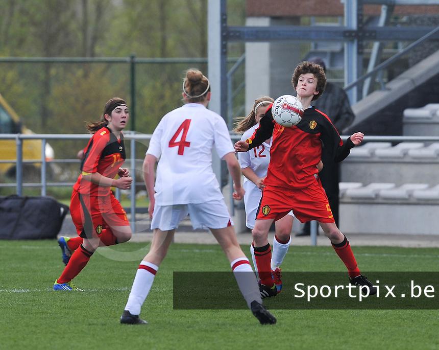 UEFA Women's Under 17 Championship - Second Qualifying round - group 1 : Belgium - England : .Tinne Van Den Bergh met de borstcontrole.foto DAVID CATRY / Vrouwenteam.be