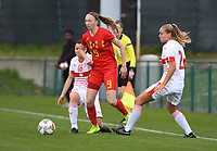 20190403  - Tubize , BELGIUM : Belgian Lisa Petry (M) with Swiss Victoria Bischof (R) and Luna Lemperiere (L) pictured during the soccer match between the women under 19 teams of Belgium and Switzerland , on the first matchday in group 2 of the UEFA Women Under19 Elite rounds in Tubize , Belgium. Wednesday 3 th April 2019 . PHOTO DIRK VUYLSTEKE / Sportpix.be
