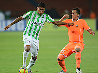 MEDELLÍN -COLOMBIA-23-08-2014. Luis Carlos Ruiz (Izq) de Atlético Nacional disputa el balón con Jhonatan Alvarez (Der) de Envigado FC durante partido por la fecha 6 de la Liga Postobón II 2014 jugado en el estadio Atanasio Girardot de la ciudad de Medellín./ Atletico Nacional Player Luis Carlos Ruiz (L) fights for the ball with Envigado FC player Jhonatan Alvarez (R) during the match for the 6th date of the Postobon League II 2014 at Atanasio Girardot stadium in Medellin city. Photo: VizzorImage/Luis Ríos/STR