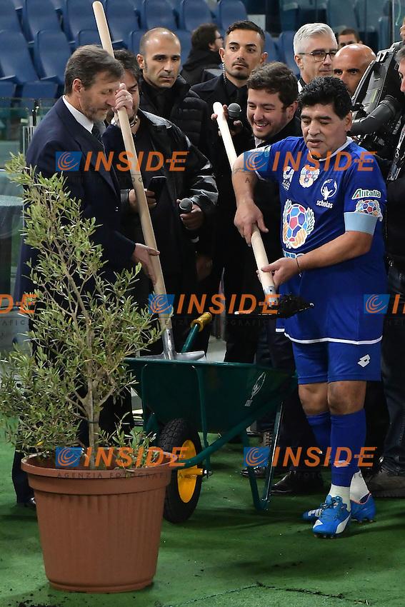 Diego Armando Maradona plants an ulive tree symbol of peace <br /> pianta un ulivo simbolo di pace <br /> Roma 12-10-2016 Stadio Olimpico <br /> Incontro di calcio benefico Uniti per la Pace <br /> Charity football match United for Peace . Foto Andrea Staccioli / Insidefoto