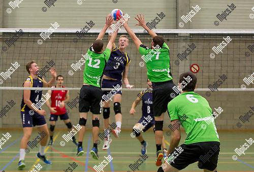 2016-10-15 / Volleybal/ seizoen 2016-2017 / Mendo - Topsportschool / Douwen Bob (12) met Appels Joren (7) proberen de smash van D'heer Wout te blokken ,Foto: Mpics.be