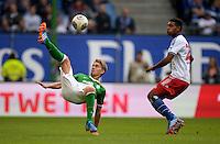 FUSSBALL   1. BUNDESLIGA   SAISON 2013/2014   6. SPIELTAG Hamburger SV - Eintracht Braunschweig                  21.09.2013 Nils Petersen (li, SV Werder Bremen) gegen Joanthan Tah (re, Hamburger SV)