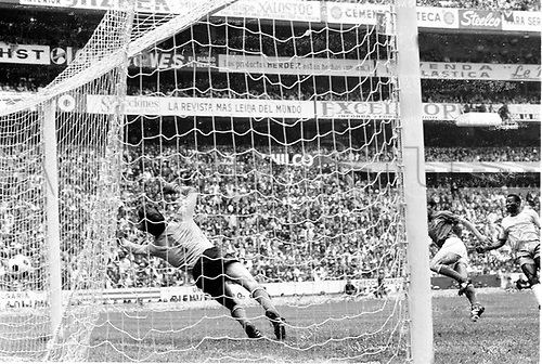 21.06.1970. Mexico City, Mexico. 1970 FIFA World Cup Football Final. Brasil versus Italy.  Pele scores the first goal for Brasil past goalie Albertosi (Italy)