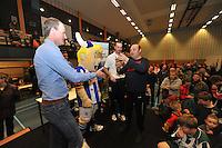VOETBAL: HEERENVEEN: 01-02-2014, G voetbaltoernooi, uitreiking prijzen door Hans Vonk en Gerald Sibon oud spelers van SC Heerenveen, ©foto Martin de Jong
